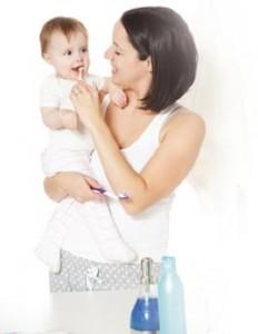 20121203121803948_moeder-poetst-tanden-baby