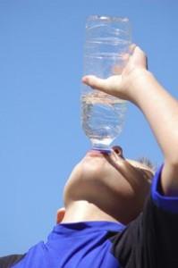 Waterdrinken-uit-fles